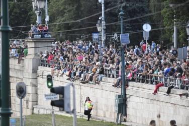 Budapest, 2017. július 14. A közönség a 17. vizes világbajnokság megnyitója elõtt a Lánchíd pesti hídfõjénél 2017. július 14-én. MTI Fotó: Koszticsák Szilárd