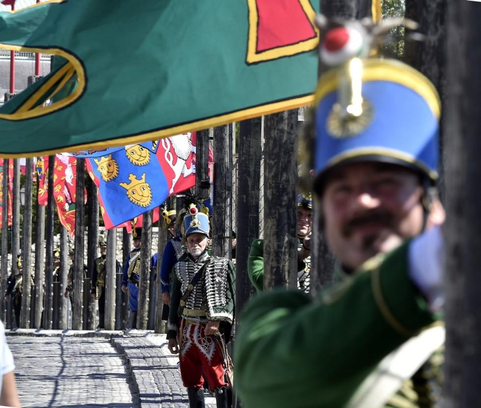 Felkerültek a történelmi zászlók a Szent György téri zás