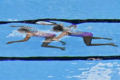 Budapest, 2017. július 17. A portugál Maria Beatriz Goncalves és Cheila Vieira a 17. vizes világbajnokság szinkronúszásának páros szabadgyakorlat selejtezõjében a Városligetben 2017. július 18-án. MTI Fotó: Czeglédi Zsolt
