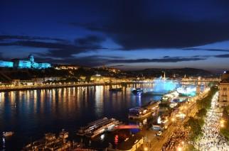 Budapest, 2017. július 14. Megvilágított vízfüggöny a 17. vizes világbajnokság megnyitóján tartott összmûvészeti elõadáson a Lánchíd pesti hídfõjénél, a Duna vizén kialakított alkalmi színpadon 2017. július 14-én. MTI Fotó: Balázs Attila