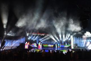 Budapest, 2017. július 14. Megvilágított vízfüggöny a 17. vizes világbajnokság megnyitóján tartott összmûvészeti elõadáson a Lánchíd pesti hídfõjénél, a Duna vizén kialakított alkalmi színpadon 2017. július 14-én. Háttérben nemzeti színû fényfestés a budai Váron. MTI Fotó: Koszticsák Szilárd