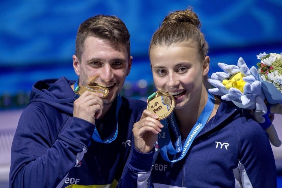 Budapest, 2017. július 18. A gyõztes francia Matthieu Rosset és Laura Marino a mûugrók csapatversenyének eredményhirdetésén a 17. vizes világbajnokságon a Duna Arénában 2017. július 18-án. MTI Fotó: Illyés Tibor
