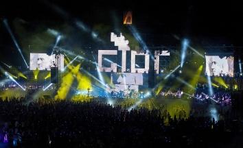 Gyõr, 2017. július 23. A Gyõri Filharmonikus Zenekar és a Virtuózok közös elõadása az Európai Ifjúsági Olimpiai Fesztivál (EYOF) nyitóünnepségén a gyõri ETO Parkban 2017. július 23-án. A Gyõrben július 29-ig tartó EYOF a 14 és 18 év közötti fiatalok versenye, amelyen tíz sportágban 130 versenyszámot rendeznek. Az eseményre ötven országból 2500 sportolót és 1100 kísérõt várnak, a magyar színeket 152 versenyzõ képviseli. MTI Fotó: Krizsán Csaba