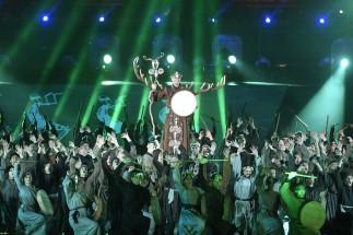 Budapest, 2017. július 14. Táncosok a 17. vizes világbajnokság megnyitóján tartott összmûvészeti elõadáson a Lánchíd pesti hídfõjénél, a Duna vizén kialakított alkalmi színpadon 2017. július 14-én. MTI Fotó: Koszticsák Szilárd
