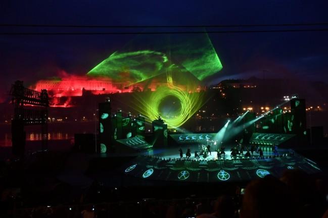 Budapest, 2017. július 14. Fényjáték és táncosok a 17. vizes világbajnokság megnyitóján tartott összmûvészeti elõadáson a Lánchíd pesti hídfõjénél, a Duna vizén kialakított alkalmi színpadon 2017. július 14-én. MTI Fotó: Illyés Tibor