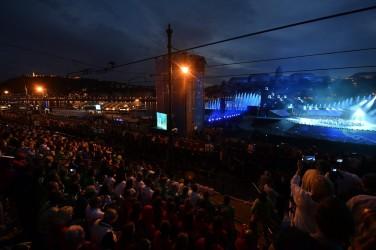 Budapest, 2017. július 14. A 17. vizes világbajnokság megnyitóján tartott összmûvészeti elõadás a Lánchíd pesti hídfõjénél, a Duna vizén kialakított alkalmi színpadon 2017. július 14-én. MTI Fotó: Illyés Tibor