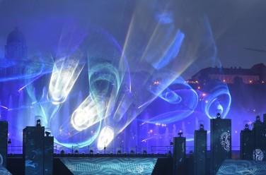 Budapest, 2017. július 14. Fényjáték a 17. vizes világbajnokság megnyitóján tartott összmûvészeti elõadáson a Lánchíd pesti hídfõjénél, a Duna vizén kialakított alkalmi színpadon 2017. július 14-én. MTI Fotó: Koszticsák Szilárd