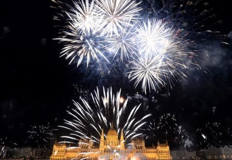 Budapest, 2017. augusztus 20. Ünnepi tûzijáték a Duna felett, az Országház elõtt 2017. augusztus 20-án, a nemzeti ünnepen. MTI Fotó: Kovács Tamás