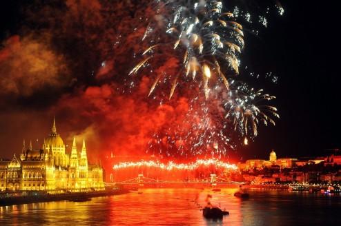 Budapest, 2017. augusztus 20. Ünnepi tûzijáték a Duna felett, a Lánchíd és a Margit híd közötti szakaszon 2017. augusztus 20-án, a nemzeti ünnepen. MTI Fotó: Kovács Attila