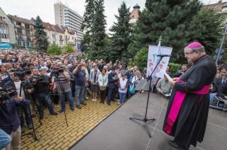 Marosvásárhely, 2017. szeptember 6. Jakubinyi György gyulafehérvári római katolikus érsek beszédet mond a marosvásárhelyi Római Katolikus Gimnázium védelmében szervezett tüntetésen a város prefektusi hivatala elõtt 2017. szeptember 6-án. A Római Katolikus Státus Alapítvány által szervezett, a megszüntetés határára jutott gimnázium védelmére szervezett tüntetésre egész Erdélybõl érkeztek a résztvevõk. MTI Fotó: Boda L. Gergely