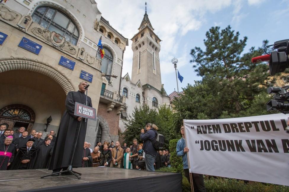 Marosvásárhely, 2017. szeptember 6. Oláh Dénes fõesperes beszédet mond a marosvásárhelyi Római Katolikus Gimnázium védelmében szervezett tüntetésen a város prefektusi hivatala elõtt 2017. szeptember 6-án. A Római Katolikus Státus Alapítvány által szervezett, a megszüntetés határára jutott gimnázium védelmére szervezett tüntetésre egész Erdélybõl érkeztek a résztvevõk. MTI Fotó: Boda L. Gergely
