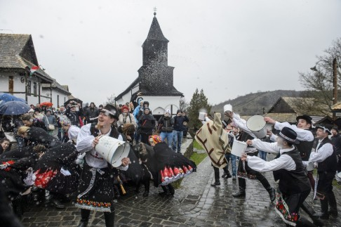 Hollókõ, 2018. április 1. Locsolkodás Hollókõn palóc népviseletben 2018. április 1-jén. MTI Fotó: Komka Péter