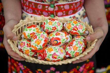 Mezõkövesd, 2018. április 1. Festett tojások egy kosárban a Matyó Népmûvészeti Egyesület húsvéti bemutatóján Mezõkövesden 2018. április 1-jén. MTI Fotó: Czeglédi Zsolt
