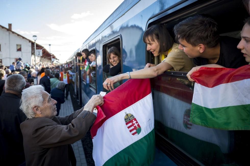 A csíksomlyói búcsúba tartó Boldogasszony zarándokvonat utasait fogadták Marosvásárhelyen