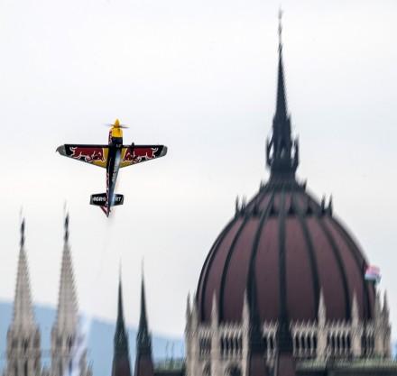 Budapest, 2018. június 22. A cseh Martin Sonka repül Edge 540 V3 repülõgépével a Duna felett a Red Bull Air Race Master Class kategóriájának szabadedzésén Budapesten 2018. június 22-én. Június 23-án és 24-én rendezik a mûrepülõ világbajnoki sorozat budapesti viadalát, amely az idei vb negyedik állomása. MTI Fotó: Szigetváry Zsolt