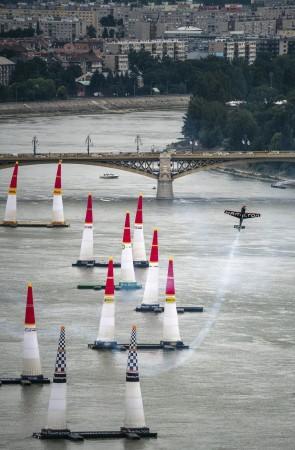 Budapest, 2018. június 22. A francia Nicolas Ivanoff repül Edge 540 V2 repülõgépével a Duna felett a Red Bull Air Race Master Class kategóriájának szabadedzésén Budapesten 2018. június 22-én. Június 23-án és 24-én rendezik a mûrepülõ világbajnoki sorozat budapesti viadalát, amely az idei vb negyedik állomása. MTI Fotó: Szigetváry Zsolt