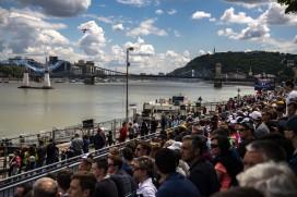 Budapest, 2018. június 24. Az angol Ben Murphy repül Edge 540 V2 típusú repülõgépével a Duna felett a legjobb 14 között a Red Bull Air Race Master Class kategóriájának versenyében Budapesten 2018. június 24-én. MTI Fotó: Szigetváry Zsolt