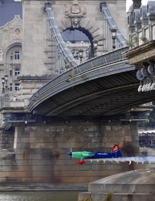Budapest, 2018. június 22. A japán Josihide Muroja repül át a Lánchíd alatt Edge 540 V3 típusú repülõgépével a Red Bull Air Race Master Class kategóriájának szabadedzésén Budapesten 2018. június 22-én. Június 23-án és 24-én rendezik a mûrepülõ világbajnoki sorozat budapesti viadalát, amely az idei vb negyedik állomása. MTI Fotó: Máthé Zoltán