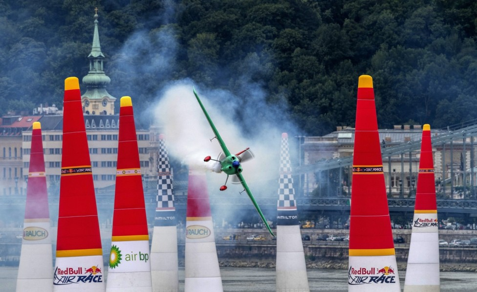 Budapest, 2018. június 22. A japán Josihide Muroja repül Edge 540 V3 repülõgépével a Duna felett a Red Bull Air Race Master Class kategóriájának szabadedzésén Budapesten 2018. június 22-én. Június 23-án és 24-én rendezik a mûrepülõ világbajnoki sorozat budapesti viadalát, amely az idei vb negyedik állomása. MTI Fotó: Szigetváry Zsolt