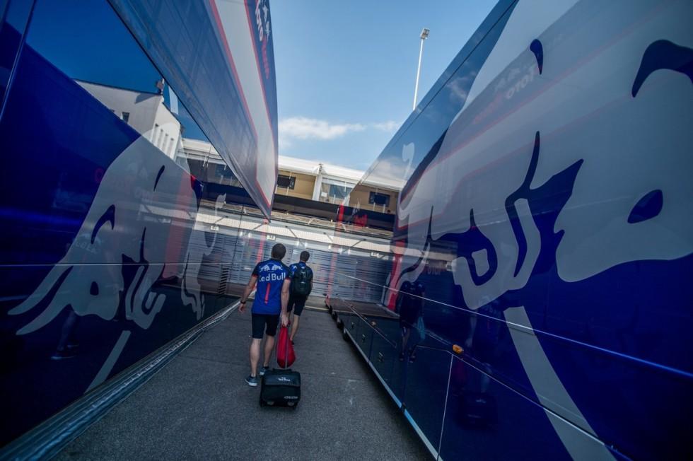 A Toro Rosso csapat szerelői a Forma-1-es Magyar Nagydíj első napján a mogyoródi Hungaroringen 2018. július 26-án.