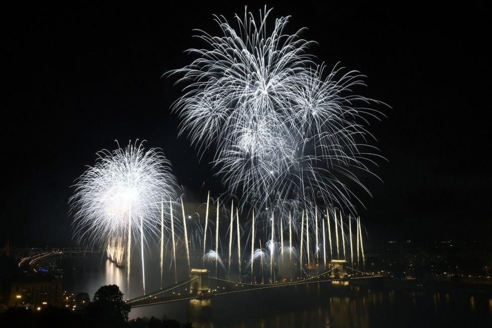 Tűzijáték a Duna felett Budapesten a nemzeti ünnepen, 2018. augusztus 20-án.