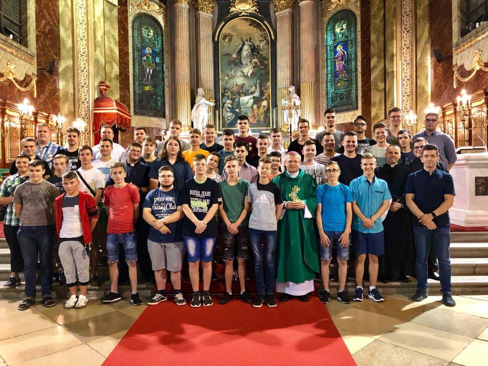 2018. július 29.–augusztus 4. között a Nagyváradi Római Katolikus Egyházmegye 49 fiatalja Böcskei László megyés püspök vezetésével Nemzetközi Ministránszarándoklaton vesz részt az Egyház szívében, Rómában. Az eseményre idén több mint 70 ezer fiatalt várnak a szervezők a világ számos országából. A nagyváradi egyházmegyéből azok a ministránsok kaptak meghívást a zarándoklatra, akik rendszeres képzésen vesznek részt, illetve rendszeresen szolgálnak a szentmiséken. Ennek megfelelően a nagyváradi plébániákról, Tasnádról, Érmihályfalváról, Székelyhídról, Szilágysomlyóról, Kárásztelekről, Tenkéről, Királydarócról és Biharpüspökiből indultak zarándokok Rómába, miután július 29-én 8 órakor szentmisén vettek részt a nagyváradi székesegyházban. A ministránsok felkeresik az Örök Város bazilikáit, nevezetességeit, a katakombákat, a Vatikáni Múzeumot és lehetőségük lesz találkozni Ferenc pápával is – tudatja a Szent László királyunk alapította egyházmegye sajtószolgálata.