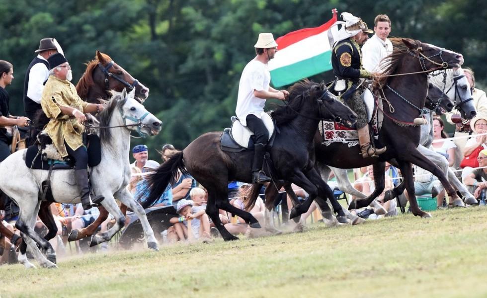 Íjászok bemutatója a Magyarok Országos Gyűlésén az Ópusztaszeri Nemzeti Történeti Emlékparkban 2018. augusztus 18-án. A rendezvényen háromszáz lovas, ezer gyalogos hagyományőrző jelenítette meg a magyar történelem legfontosabb mozzanatait.