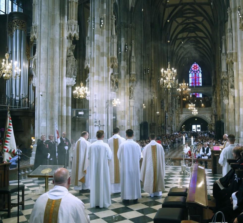 Molnár Ottó prelátus megáldja az oltár elé helyezett kenyeret, gyümölcsöt és bort a Szent István király tiszteletére bemutatott magyar nyelvű szentmisén a bécsi dómban (Stephansdom) 2018. augusztus 25-én.