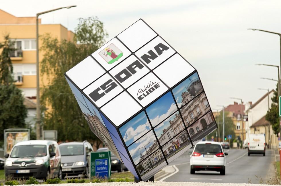 Rubik-kocka a körforgalomban