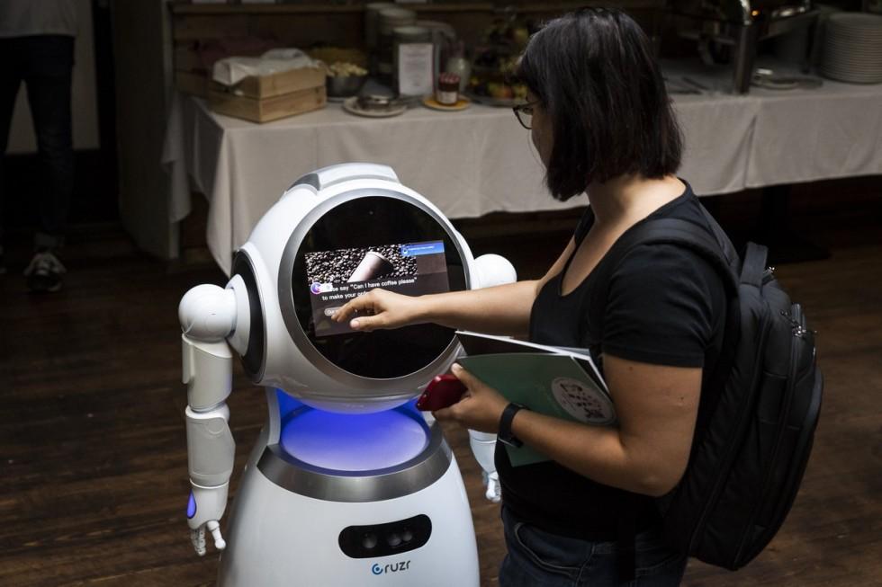 CRUZR humanoid kiszolgáló robot az E.ON Hungária Zrt. által rendezett sajtóreggelin a budapesti Zeller Bistróban 2018. szeptember 21-én. A robot először látható Magyarországon.