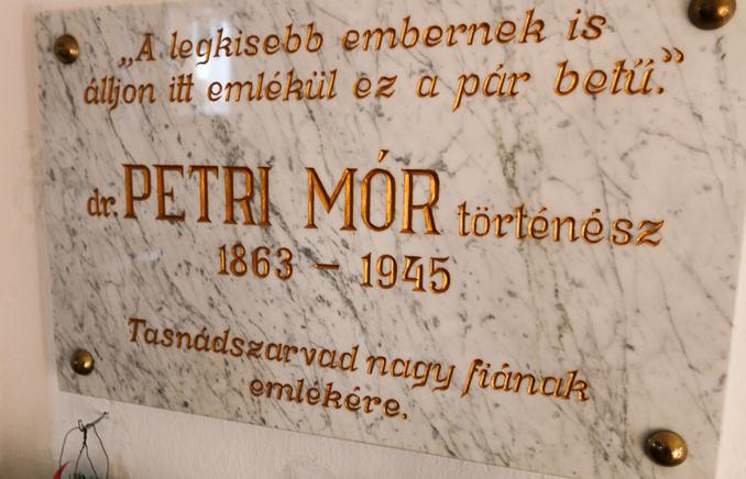 Emléktábla a tasnádszarvadi református templomban