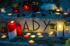 Budapest, 2018. november 1. Felirat Ady Endre síremlékén a Fiumei úti sírkertben mindenszentek napján, 2018. november 1-jén. MTI/Mohai Balázs