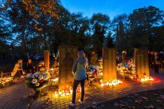 Budapest, 2018. november 1. Emlékezõk a Fiumei úti sírkert szóróparcellájánál mindenszentek napján, 2018. november 1-jén. MTI/Mohai Balázs