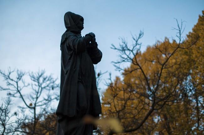 Budapest, 2018. november 1. Szobor egy síremléken a Fiumei úti sírkertben mindenszentek napján, 2018. november 1-jén. MTI/Mohai Balázs