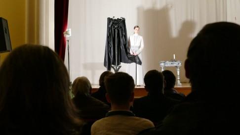 Mészáros Ibolya színésznő a Csinszka című monodrámát mutatta be a Szent László Közösségi Házban.